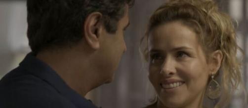 """Gilda e Hugo em clima de romance em """"Totalmente Demais"""". (Reprodução/TV Globo)"""