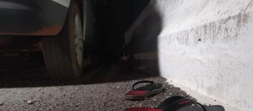 Par de chinelos foi encontrado ao lado do veículo abandonado. (Reprodução/Polícia Civil)