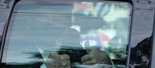 Trump sale en un coche y con mascarilla a saludar a la gente que estaba fuera del hospital