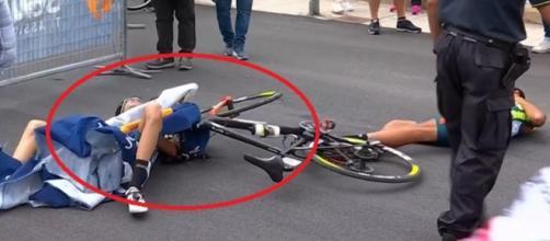 Giro d'Italia, le transenne travolgono van Empel e Wackermann.