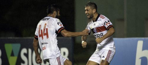 Isla e Arrascaeta vão desfalcar o Flamengo no Brasileirão, por estarem representando Chile e Uruguai nas Eliminatórias. (Arquivo Blasting News)