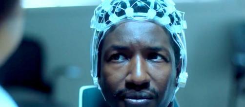 Mamoudou Athie é o protagonista de 'Black Box' da Amazon. (Reprodução/Amazon)