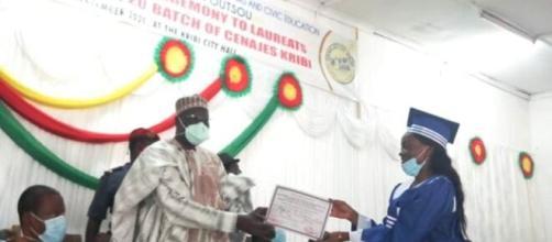 Le Ministre de la Jeunesse et de l'Education Civique remettant les parchemins aux Laureats du CENAJES de Kribi (c) Minjec