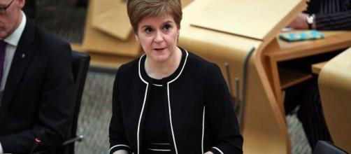 Nicola Sturgeon prohíbe la venta de alcohol en locales durante 16 días
