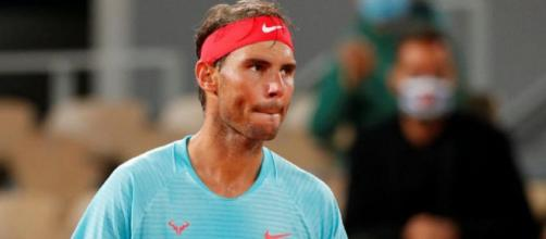 Rafa Nadal si lamenta per le condizioni climatiche al Roland Garros.