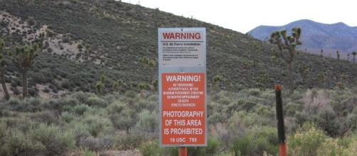 Aviso de 'Perigo' de uma base militar. (Reprodução/Wikimedia Commons)