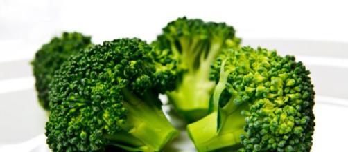 El brócoli aporta unos 2,6 g de proteína, incluidos los aminoácidos más importantes