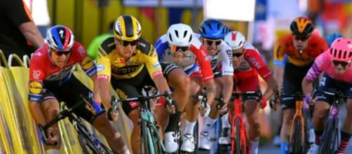 La caduta provocata da Groenewegen al Giro di Polonia.