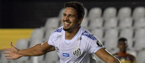 O zagueiro Lucas Verissimo é um dos jogadores do Santos que foi diagnosticado pelo coronavírus. (Arquivo Blasting News)