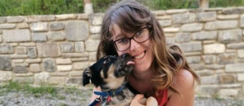 """La scrittrice Elena Bonini, autrice di """"Direzione? Amore!"""", insieme al suo cane Charlie"""
