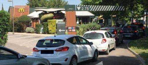Un restaurateur pète les plombs quand il voit l'immense queue chez mcdo - Photo capture d'écran Facebook