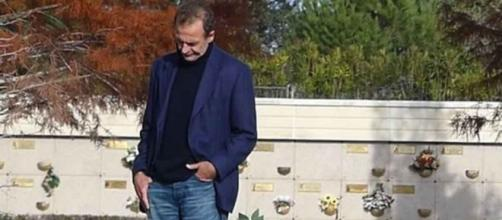 Alessandro Lequio visita la tumba de Alessandro