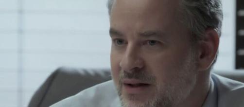 """Eugênio recebe sermão em """"A Força do Querer"""". (Reprodução/TV Globo)"""