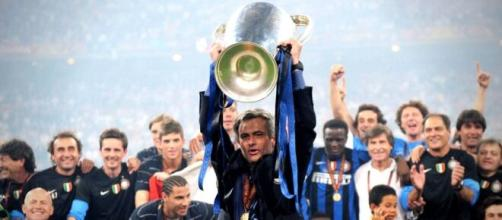 Mourinho che alza la Champions League con l'Inter.
