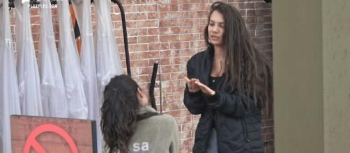 Raissa e Stéfani brigam na baia e trocam ofensas. ( Arquivo Blasting News )
