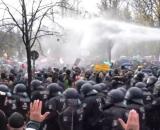La policía alemana dispara cañones de agua contra los manifestantes en los alrededores de la puerta de Brandeburgo