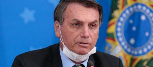Bolsonaro diz para seguidora que a política pode impedir religiões no Brasil. (Arquivo Blasting News)