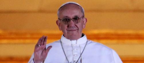 La Agencia Católica de Informaciones aseguró que el Papa Francisco no dio 'like' a la foto de la modelo.
