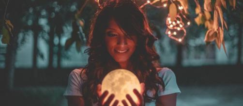 L'oroscopo di domani 24 novembre: Luna in Ariete favolosa per Gemelli e Vergine (1ª metà).
