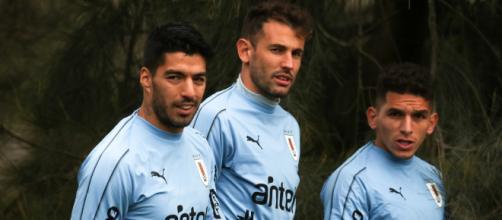 Lucas Torreira e Luis Suaréz, ambos do Atlético de Madrid, são alguns casos diagnosticados com covid-19. (Arquivo Blasting News)