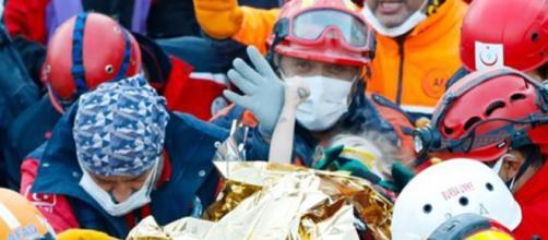 La emocionante foto del rescate muestra a la niña tomando el dedo del bombero Muammer Celik.