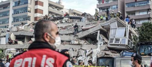 Turquía y Grecia elevan el número de muertos por el terremoto en el mar