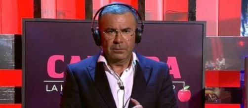 Jorge Javier Vázquez escucha la cinta de Isabel