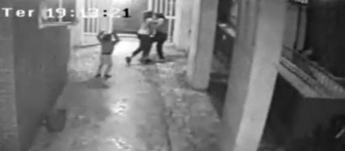 Câmeras flagram o momento em que Karen Keldani empurra a mãe contra uma pilastra. (Foto: Arquivo Blastingnews)