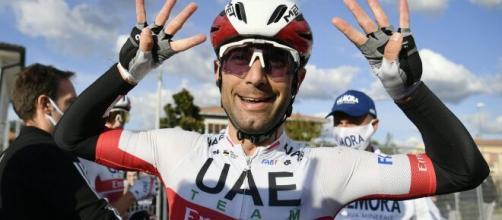 Ciclismo, Ulissi cade in allenamento: Pozzovivo lo aiuta, Nibali ride e riprende la scena.