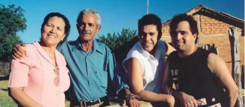 Zezé dDi Camargo e Luciano com seus pais. (Arquivo Blasting News)