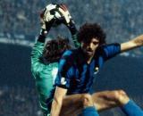 Altobelli anticipato dal portiere Agustin in Inter-Real Madrid di Coppa dei Campioni, stagione 1980/81.