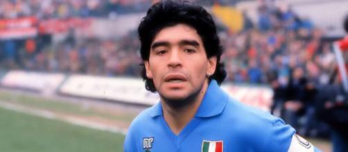 Diego Armando Maradona scende in campo col Napoli.
