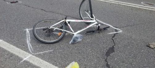 Padova, giovane di 14 anni in bicicletta investito da un rimorchio di un tir: è in condizioni disperate.