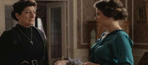 Una vita, trame Spagna: Ursula ricatta Genoveva per non essere cacciata di casa.