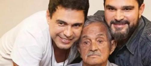 Zezé Di Camargo e Luciano em foto de arquivo com o pai, Francisco. (Reprodução)