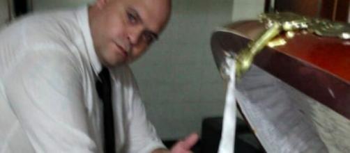 Funcionário de funerária é demitido por tirar foto com o corpo de Maradona. (Reprodução/Redes Sociais)