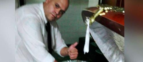 Filtraron fotos de trabajadores de la funeraria tomándose fotos con Maradona en el ataúd.