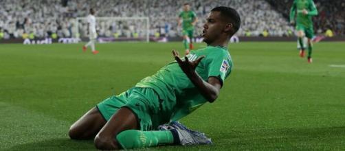 Alexander Isak comemorando gol. (Arquivo Blasting News)