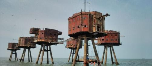 Maunsell Forts - https://commons.wikimedia.org/wiki/File:The_Thames_Forts.jpg