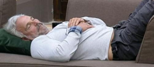 Record prefere Mateus Carrieri dormindo ao invés de casais no edredom. (Reprodução/Record TV)