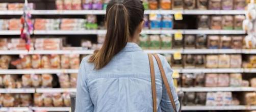Une jeune femme devant les rayons d'un supermarché - capture d'écran Facebook