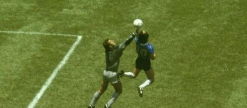 Il gol ribattezzato 'La Mano de Dios' segnato da Diego Armando Maradona contro l'Inghilterra nel Mondiale di Messico '86.