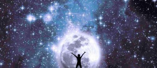 L'oroscopo del 2 dicembre e la classifica: Luna in Cancro, uscite per Bilancia.