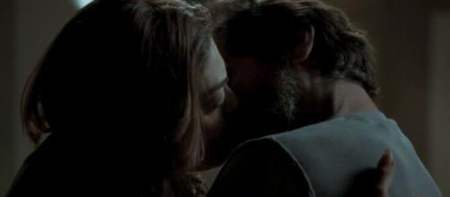 Após prisão de Rubinho, Bibi acaba beijando Caio em recaída. (Arquivo Blasting News)