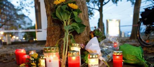 Un altar improvisado en el centro de Viena donde tuvieron lugar los ataques producidos este lunes