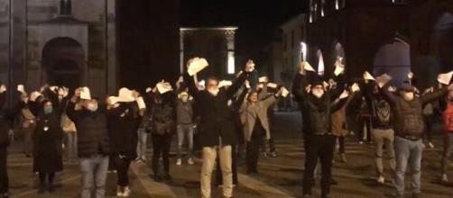 Coronavirus, a Cremona i commercianti scendono in piazza e strappano le cartelle esattoriali.