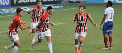 O São Paulo entra de vez na briga pelo título após embalar 14 jogos sem perder no Brasileirão. (Arquivo Blasting News)