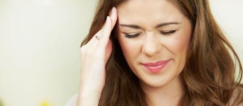Los dolores de cabeza se encuentran entre los síntomas normales durante el período menstrual.