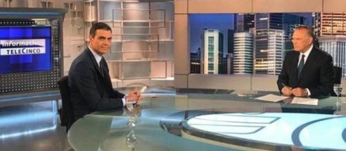 Pedro Sánchez en el plató de 'Informativos Telecinco' junto a Pedro Piqueras.