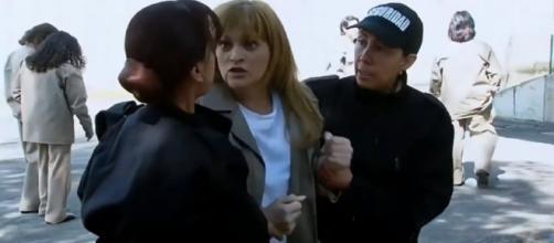Josefina apanha na cadeia. (Televisa)